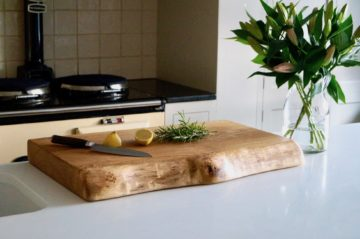 live-edge-wooden-chopping-board-makemesomethingspecial.com